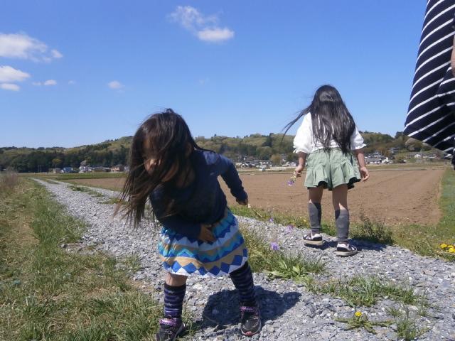 孫娘達と田園散歩